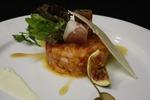 Тар-тар из лосося и креветок с каноли из пармской ветчины с микс-салат